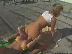 Sarah Jay Jessi treibt es auf der Dachterrasse