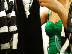 Heißes Blondchen fickt im Modegeschäft