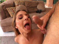Sperma Gesicht beim Blowbang