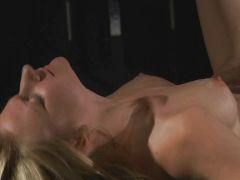 Die Blondine steht auf Bondage